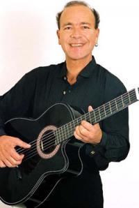 Felix is een temperamentvol en professioneel zanger en gitarist van Italiaanse muziek