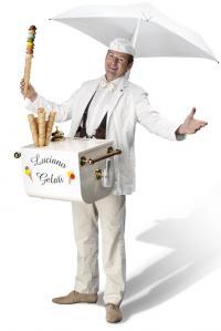 Luciano  steelt overal de show met zijn temperamentvolle optreden.